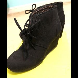 Shoes - NWOT GORGEOUS BLACK HEELED BOOTIES Size 5.5